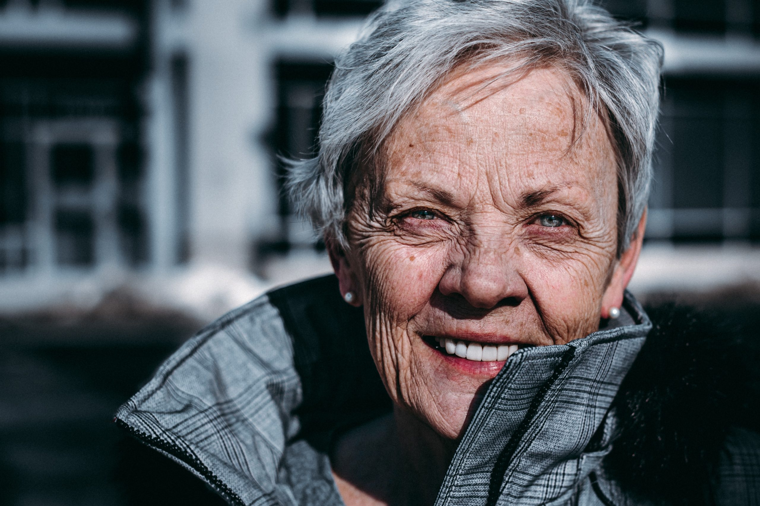 Portret starszej kobiety w kurtce