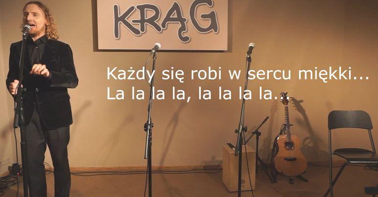 piosenkarz-spiewa-w-tle-napis-krag