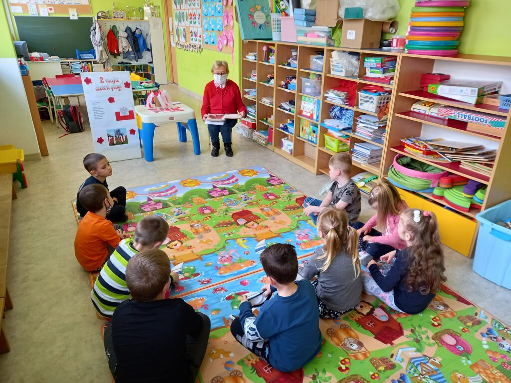 zdjecia dzieci zflagami bialo-czerwonymi wbibliotece