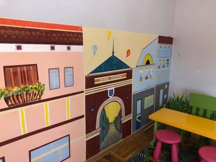 widok wyremontowanego klubu-malowidło naścianie tokamieniczki kolorowe naRynku orazłąka.