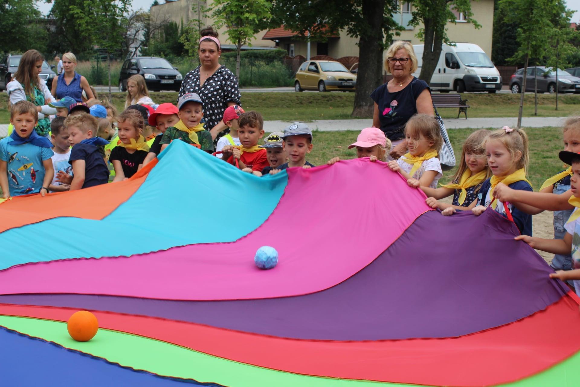 Dzieci wraz z opiekunkami podczas zabawy z chustą Klanza.