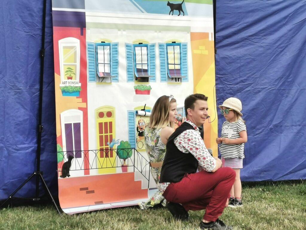 Dziewczynka bierze udział wkonkursie podczas spektaklu plenerowego