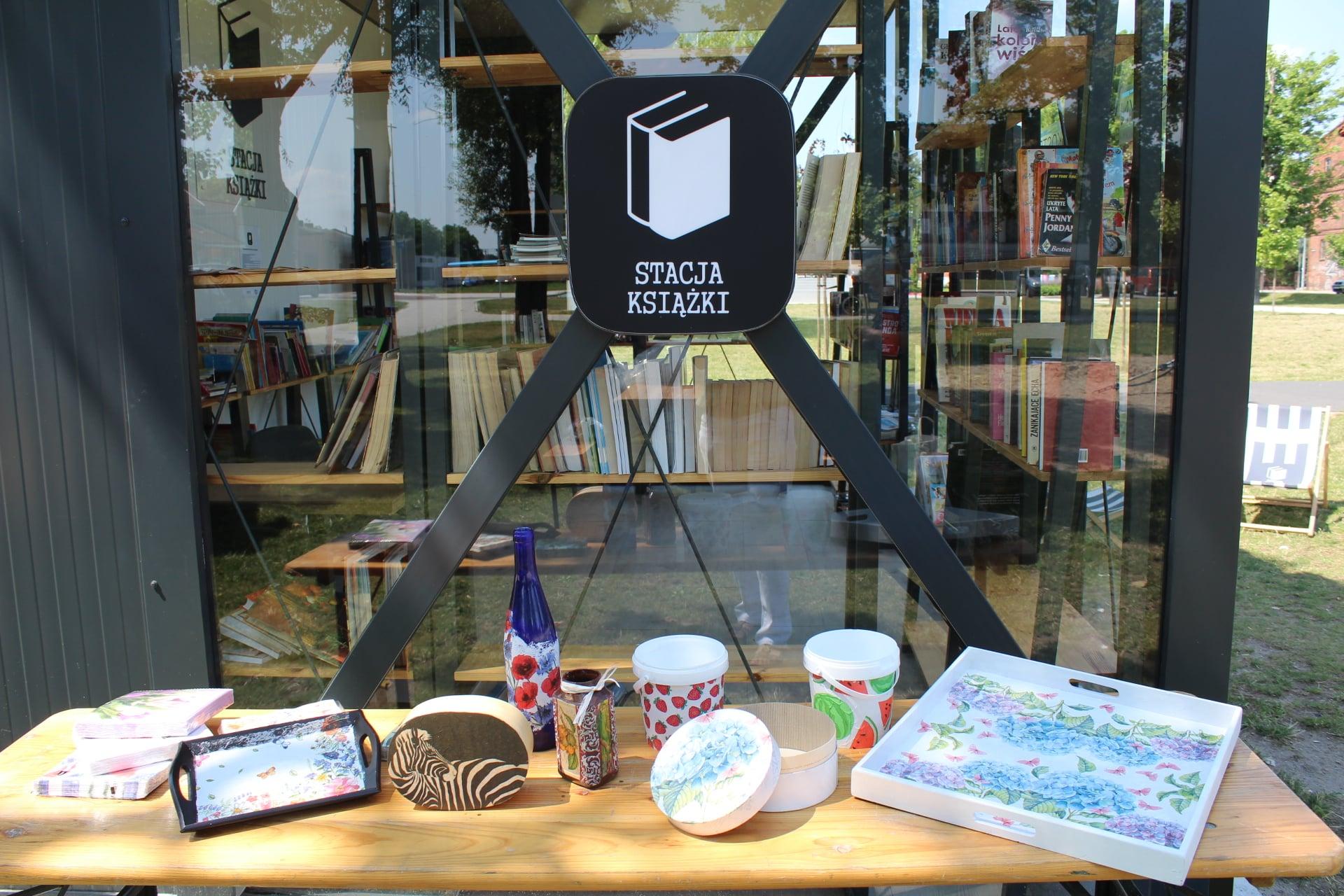 Na stole przy Stacji Książki leżą prace wykonane podczas warsztatów decoupage