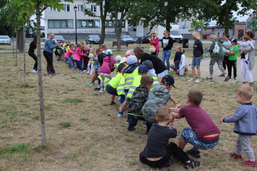 Uczestnicy Literackiego Czwartku biorą udział wzabawie wprzeciąganie liny
