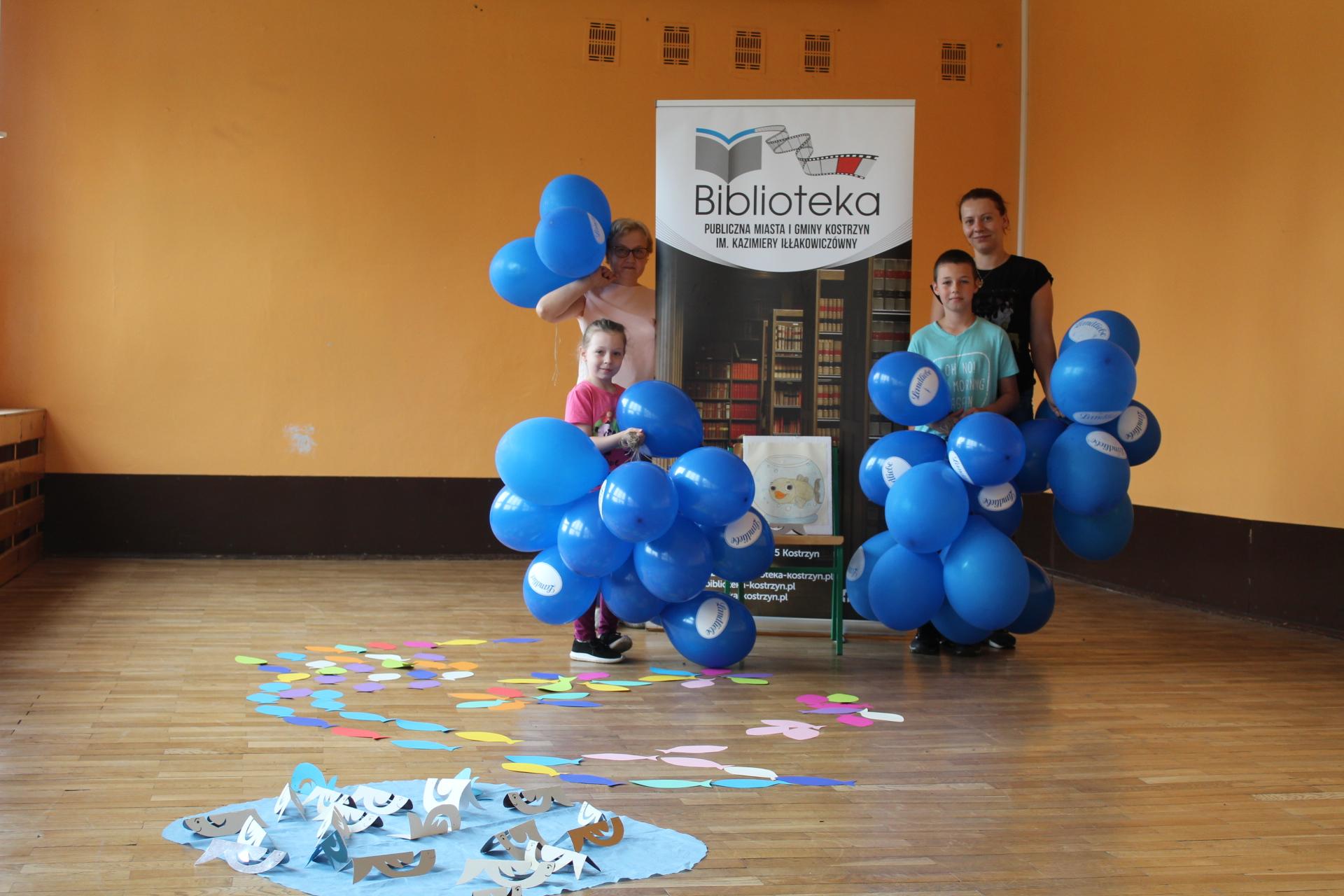 Uczestnicy Literackiego Przedpołudnia w Gułtowach z balonikami