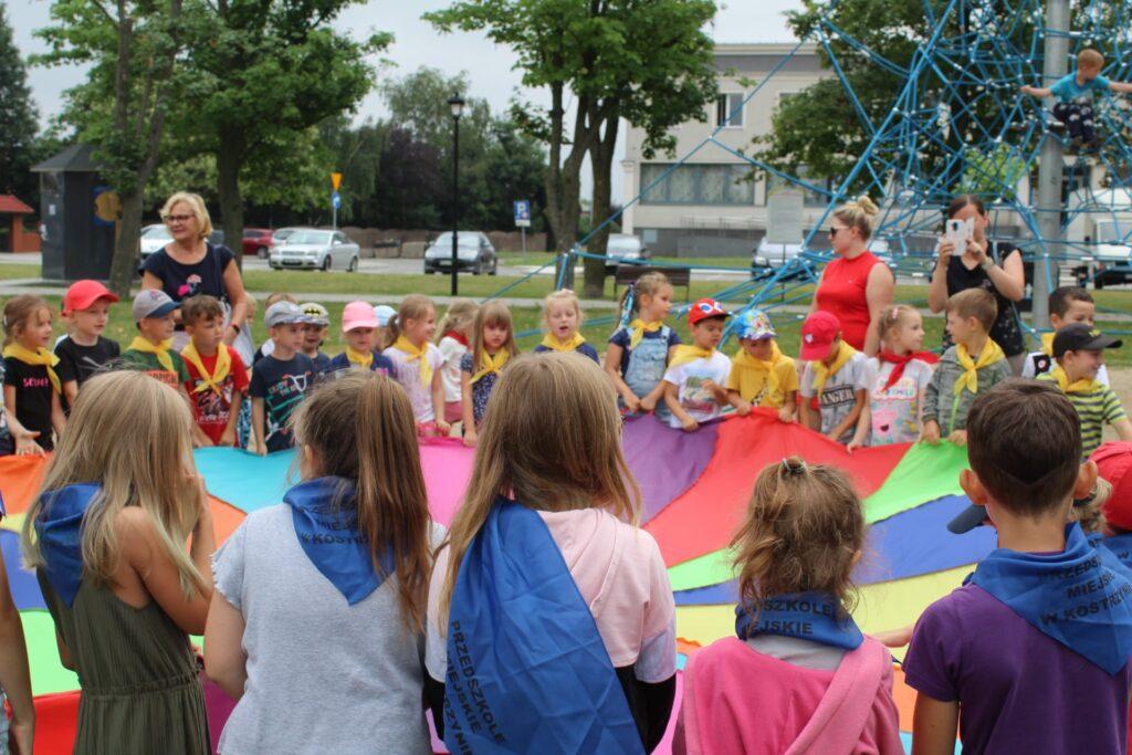 Dzieci bawią się chustą Klanza.