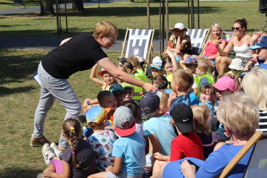 Dzieci odpowiadają domikrofonu nazadawane pytania dotyczące tekstu bajki.