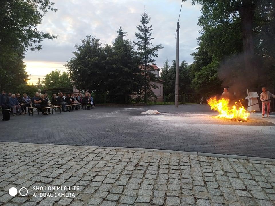 Spektakl teatru Terminus A QUO w Gułtowach publiczność podczas pokazu ogniowego