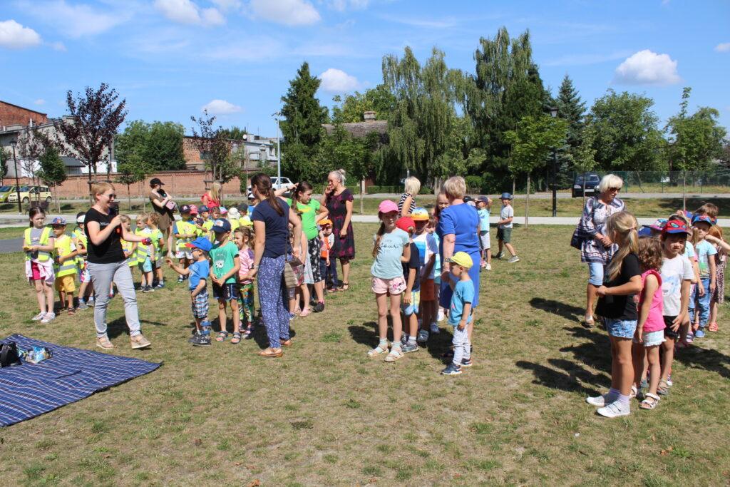 W Parku Miejskim dzieci bawią się wszybkie podawanie sobie woreczków.