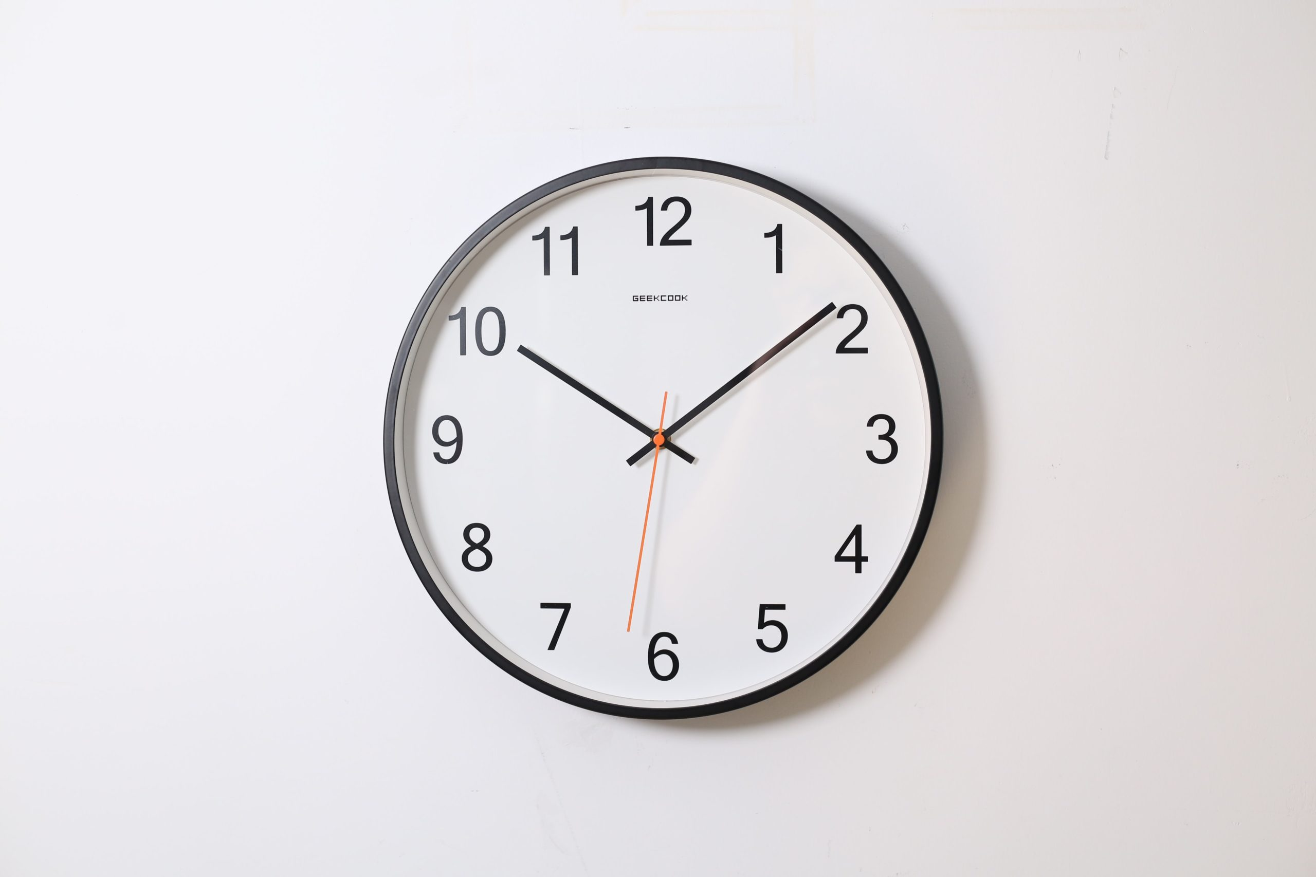 Biały zegar na białej ścianie