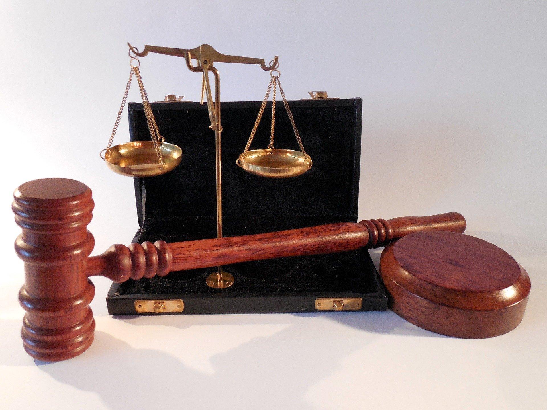 symbole prawa-waga, młotek, Kodeks Karny