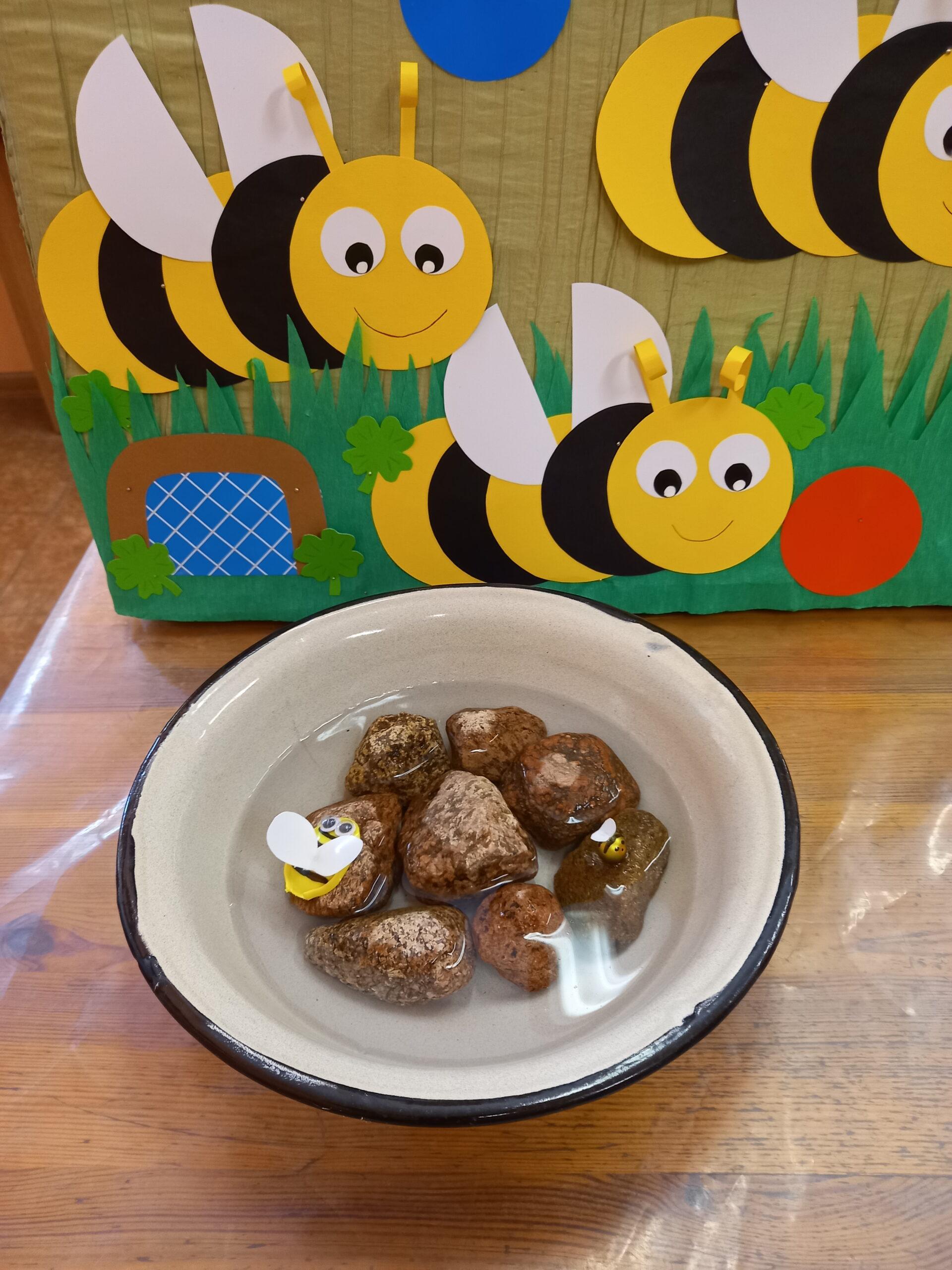 dzieci podczas spotkania z książką w bibliotece. Temat dotyczy ochrony i życia pszczół