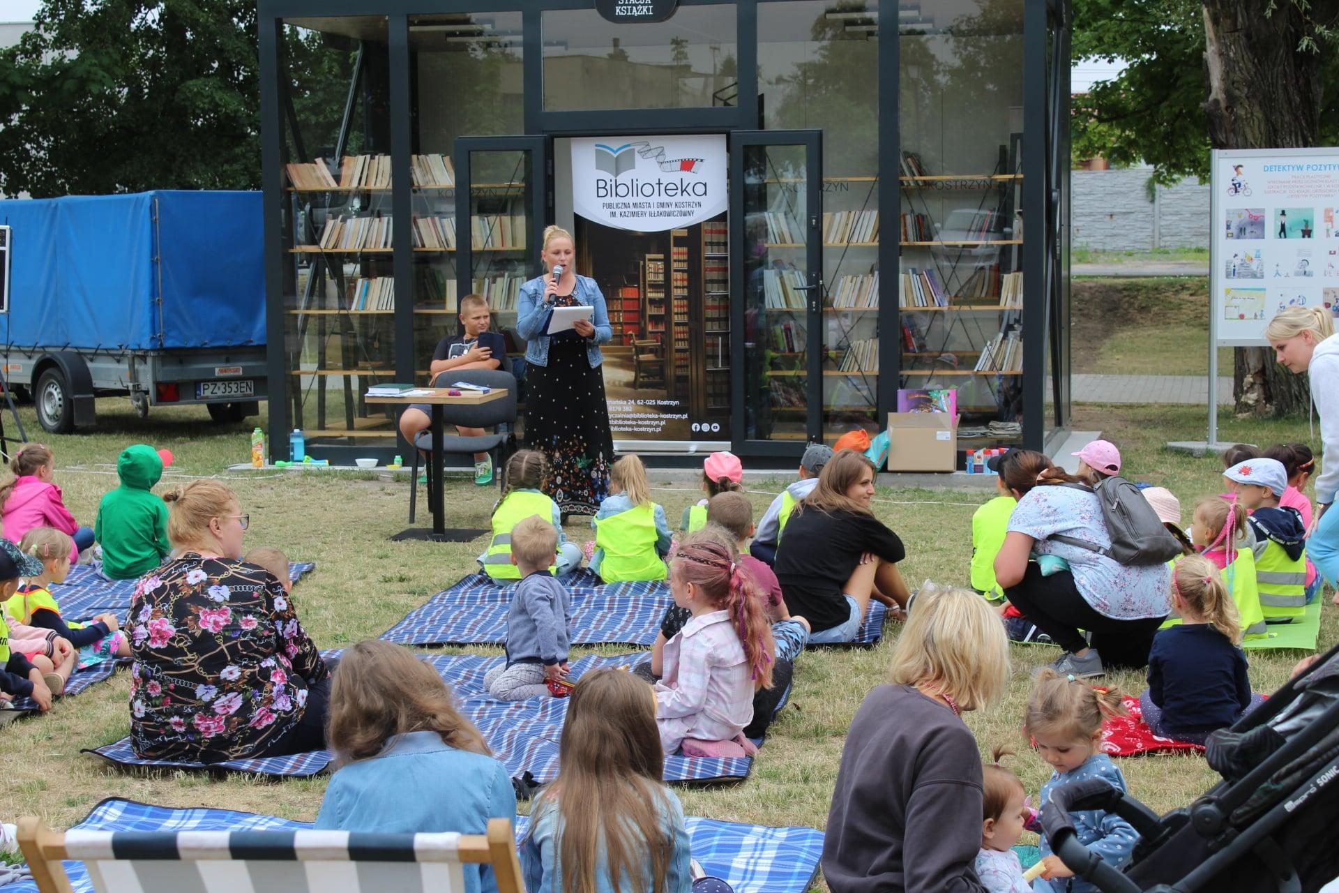Bibliotekarka czyta dzieciom bajkę podczas drugiego Literackiego czwartku