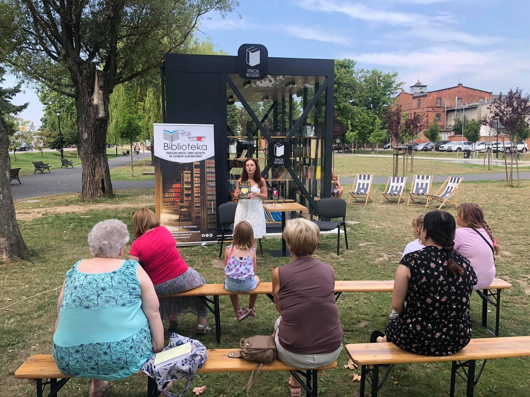 Pani dietetyk prowadzi spotkanie na temat zdrowej diety w Parku Miejskim w Kostrzynie